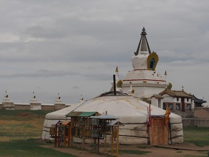 Une yourte devant les stupas, dans l'enceinte du monastère