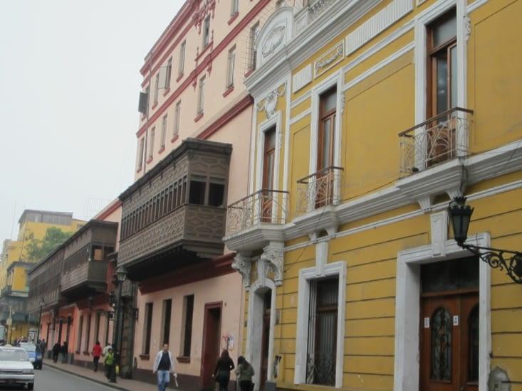 De façades de Lima aux balcons de bois sculpté