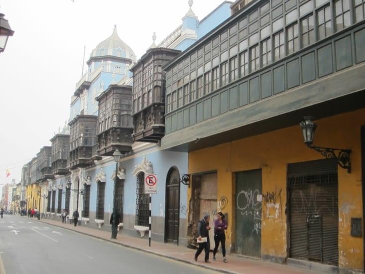 Des façades aux balcons de bois sculptés dans les rues du centre de Lima