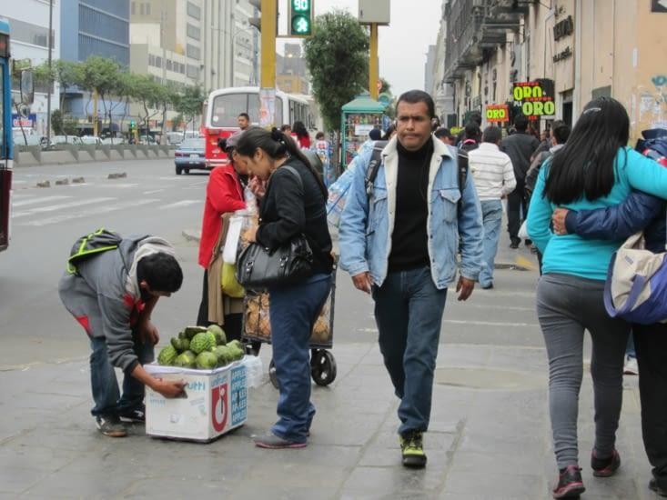 Des vendeurs  de fruits ambulants