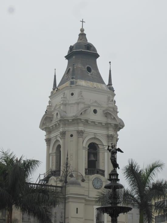 Une tour de la cathédrale (repère des vautours) et le haut de la fontaine de bronze