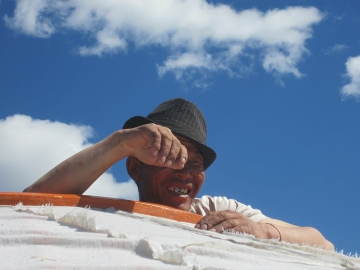 Boldo, le chef de village, sur le toit d'une yourte