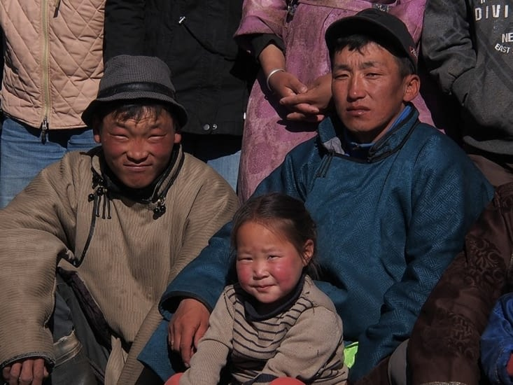 Bor (à gauche), Dembe et la fille de Tuvanna