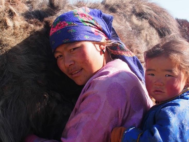 La femme de Bor en présence de sa fille, pendant la traite d'un yack