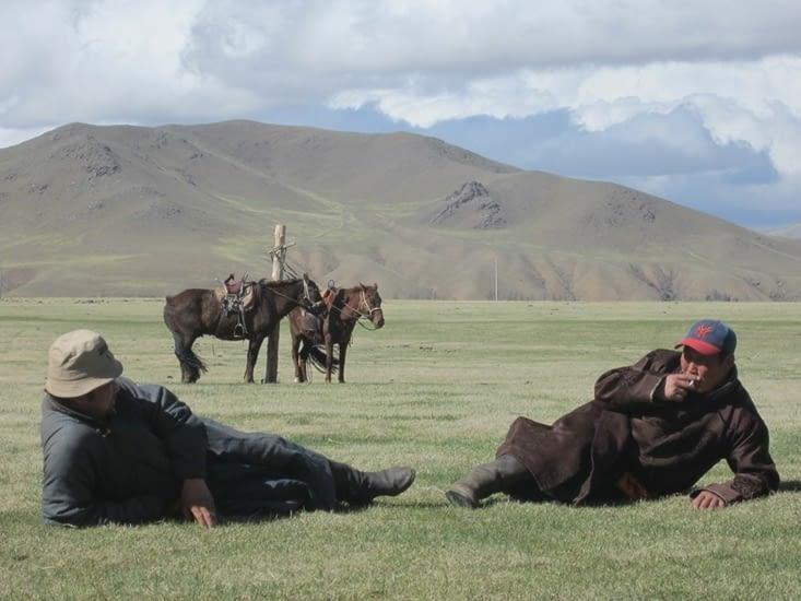 Tuvanna (à droite) et notre voisin se reposent après une journée à cheval