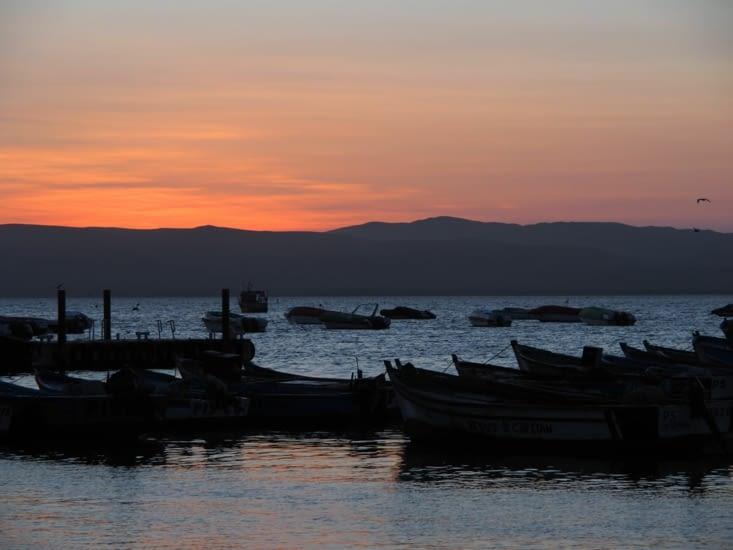 Coucher de soleil sur le port de Paracas
