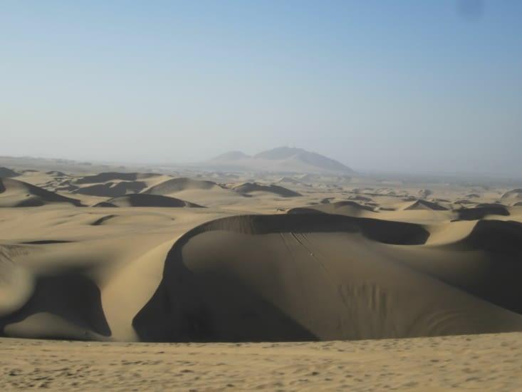 La vue depuis le haut d'une dune de sable au dessus de Huacachina