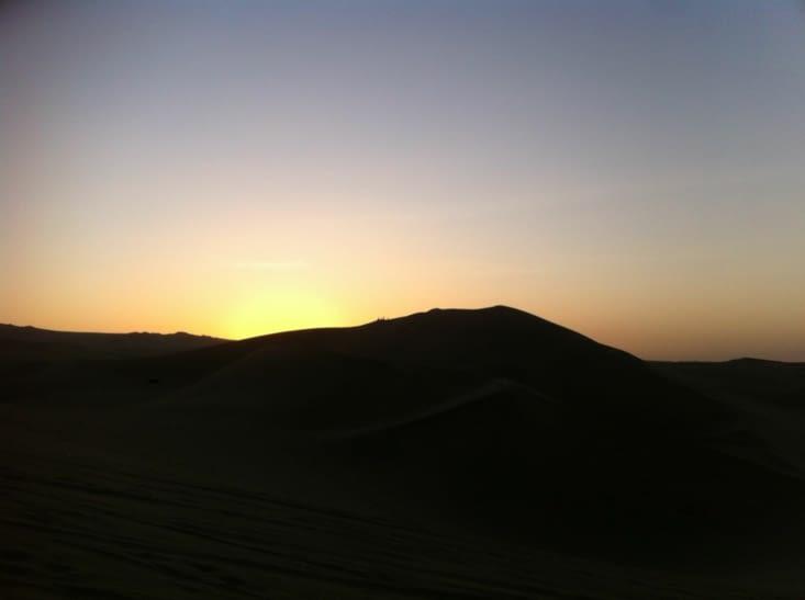 Le coucher de soleil sur les dunes de Huacachina