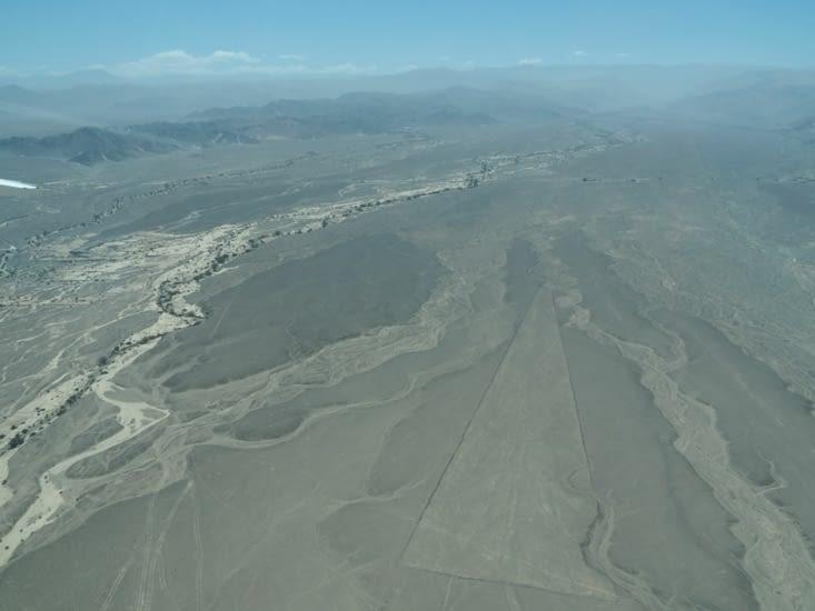Lignes de Nazca - des formes géométriques très précises sont aussi dessinées
