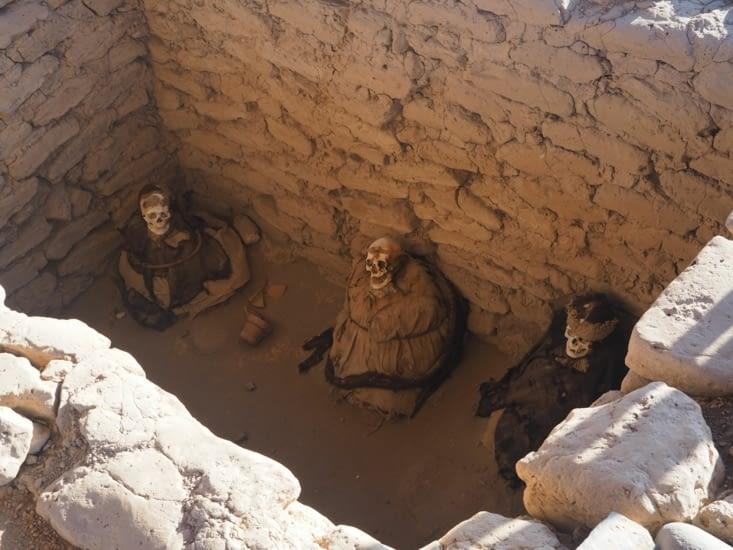 Une tombe du cimetière de Chauchilla contenant 3 momies