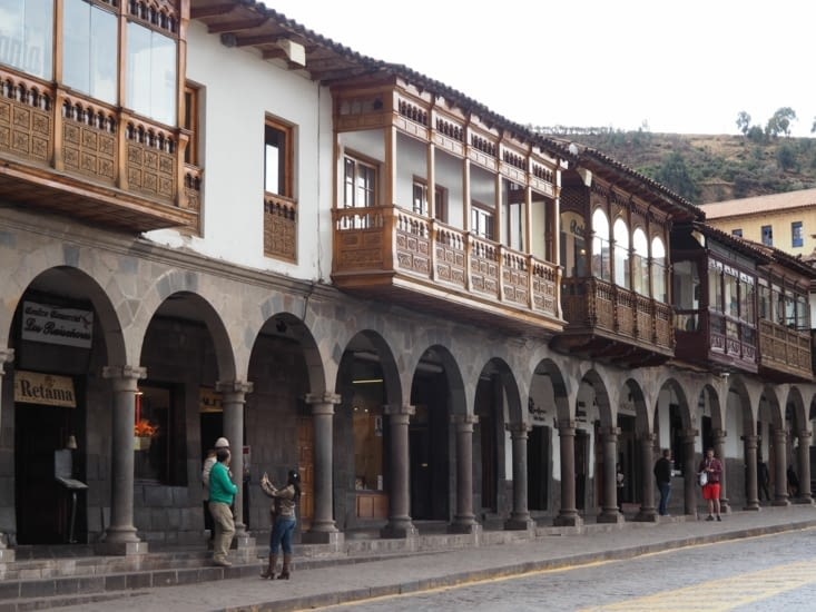 Balcons coloniaux de la Plaza de Arma de Cusco