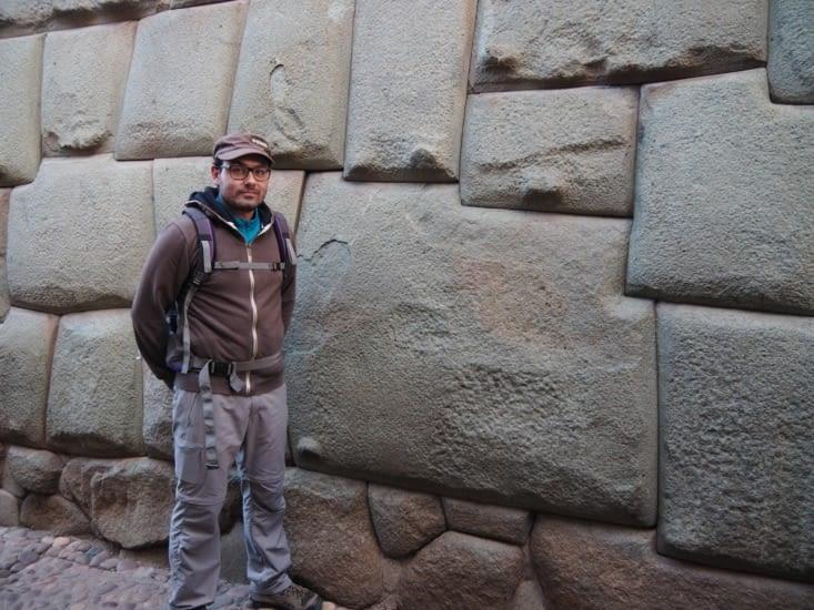 La très connue pierre aux 12 angles sur la même face, parfaitement agencée, située Calle Hatun Rumiyoc