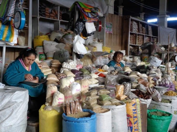 Les stands de céréales du marché de Cusco