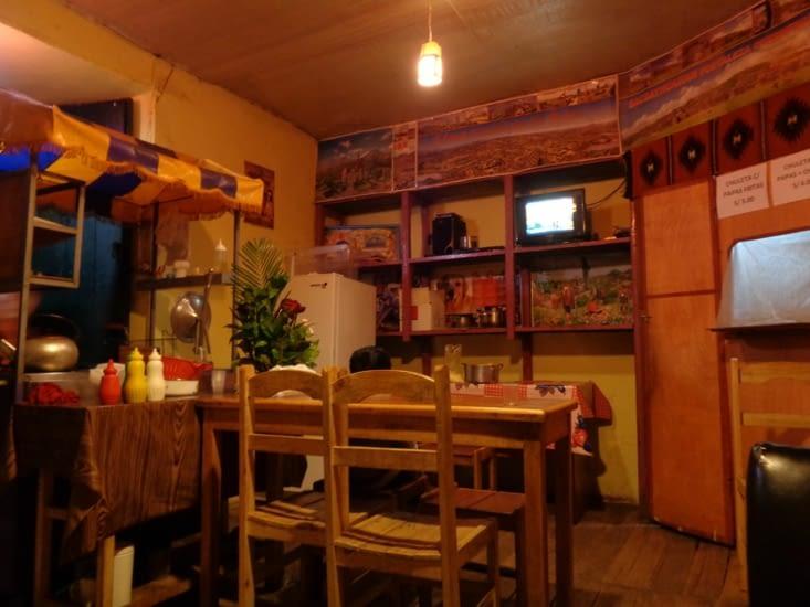 Repas dans le salon d'une famille Cusquena