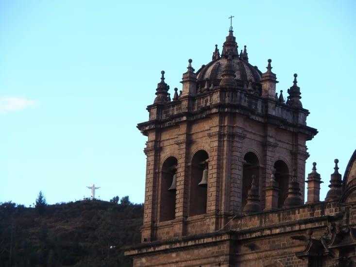 Une tour de la cathédrale sur la Plaza de Armas de Cusco
