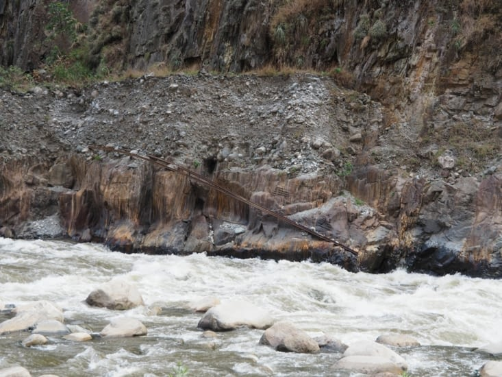 Le long de la rivière, des vestiges d'une ancienne voie ferrée