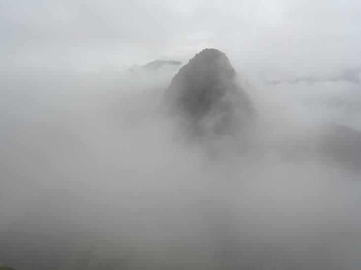 Le Machu Picchu sous une épaisse brume