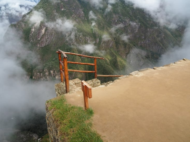 Un escalier à flan de falaise au Machu Picchu