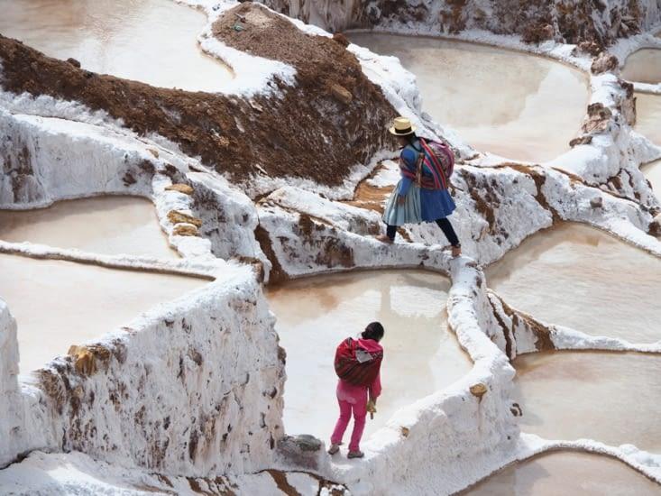 Des familles travaillent et récoltent le sel des Salinas de la vallée sacrée