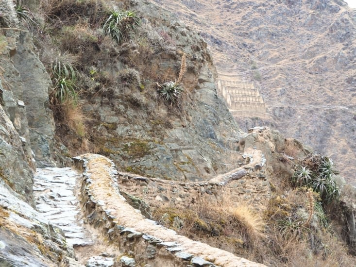 Le chemin qui longe la forteresse d'Ollantaytambo