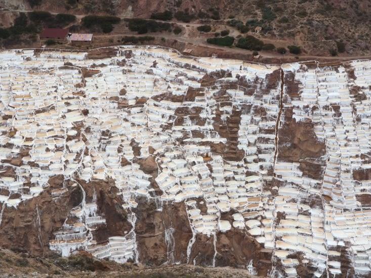 Les bassins salins couvrent le flan de la montagne