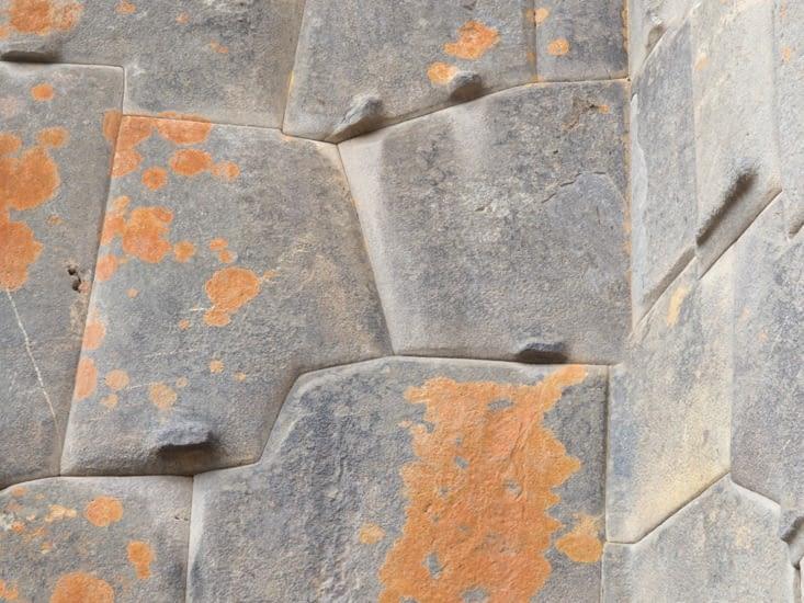 Les pierres d'Ollantaytambo taillées parfaitement par les Incas