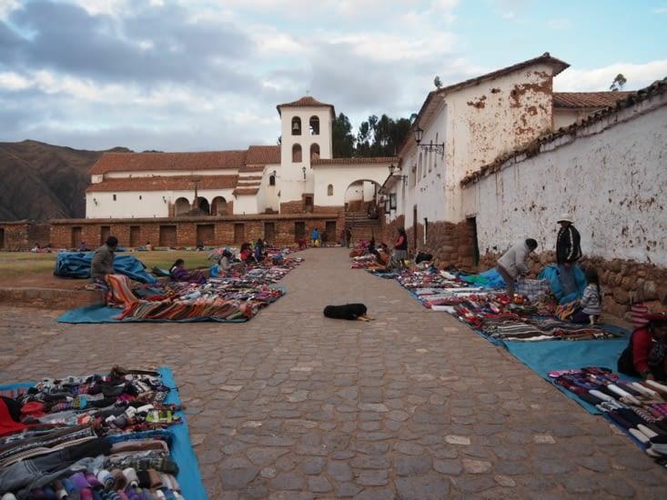 Marché coloré devant l'église de Chinchero