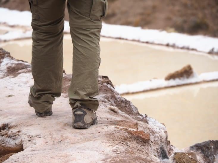 Marche prudente entre les bassins de Las Salinas