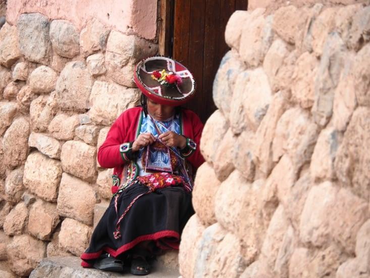 Une tisseuse dans les rues de Chinchero