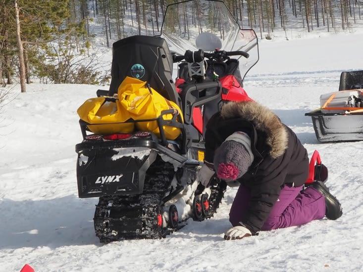 Déglaçage de la moto neige en fin de journée