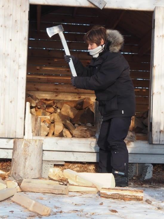 Sylvie s'attaque à la coupe du bois
