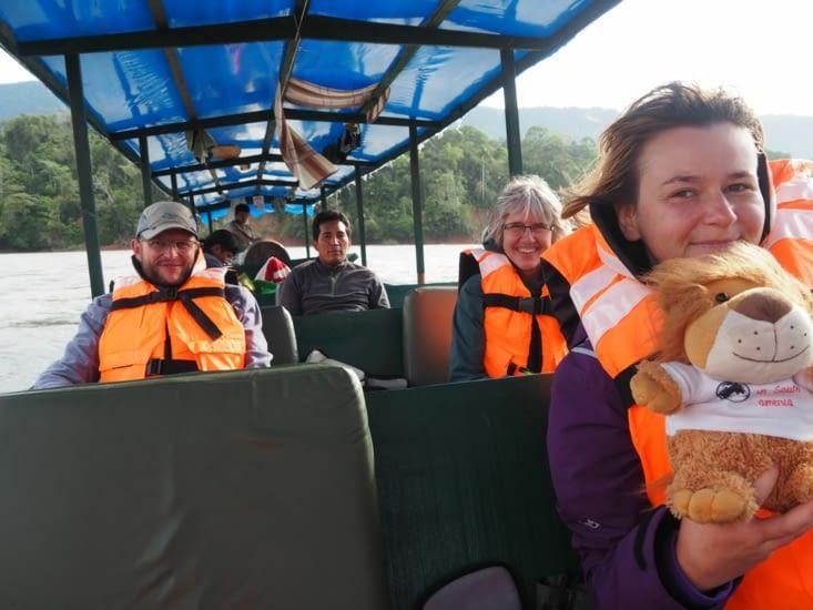La joyeuse équipe dans le bateau du retour