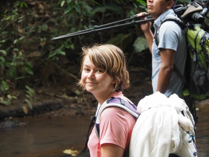 Yoyo (pas très réveillée après la nuit dans la maison suspendue) s'aventure dans la jungle