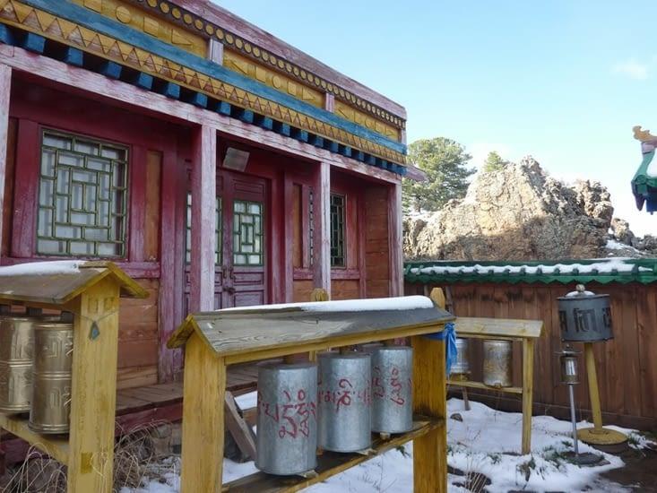 Dans l'enceinte du monastère, les moulins à prières sont présents en quantité