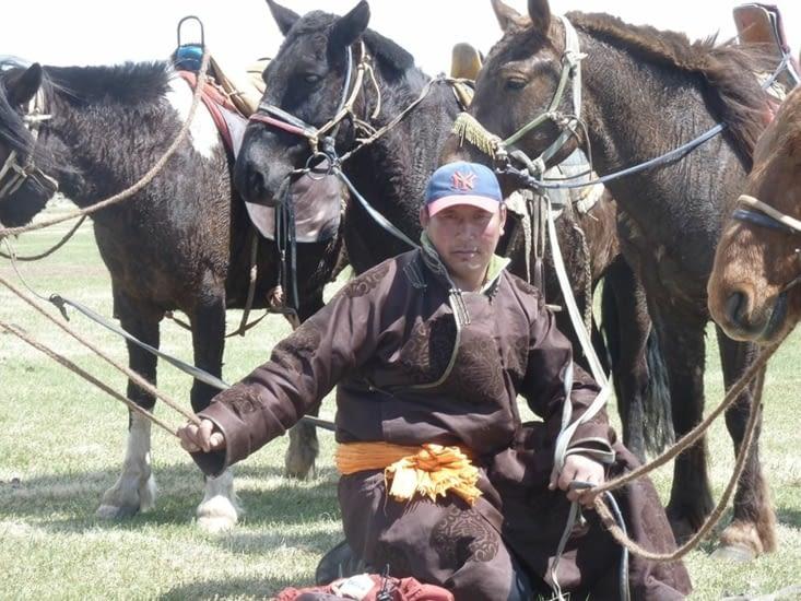 Tuvanna, comme à son habitude, s'occupe de nos chevaux