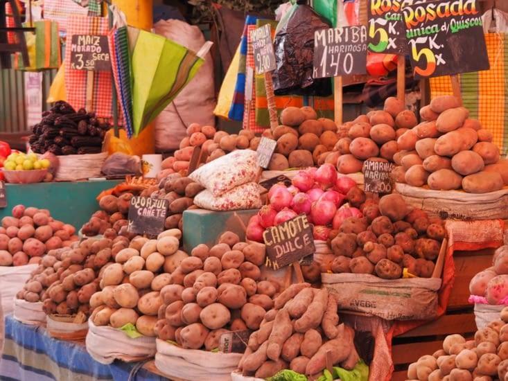 Les stands de pommes de terre du marché d'Arequipa