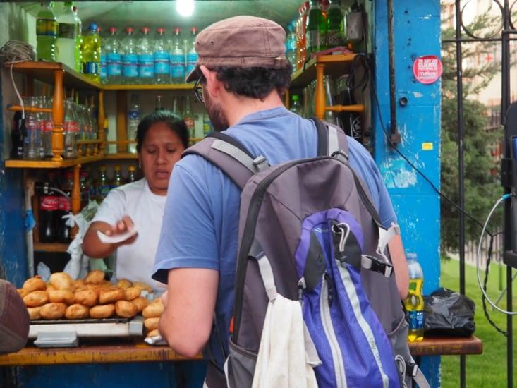 """Ronron en quête de """"papas rellenas"""" au marché d'Arequipa"""