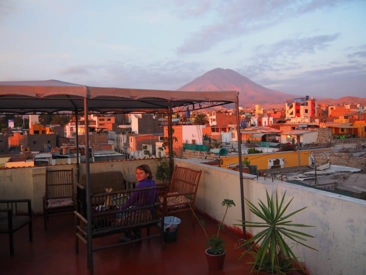 Yoyo se repose sur le toit de l'hôtel, vu sur le volcan Misti à  Arequipa