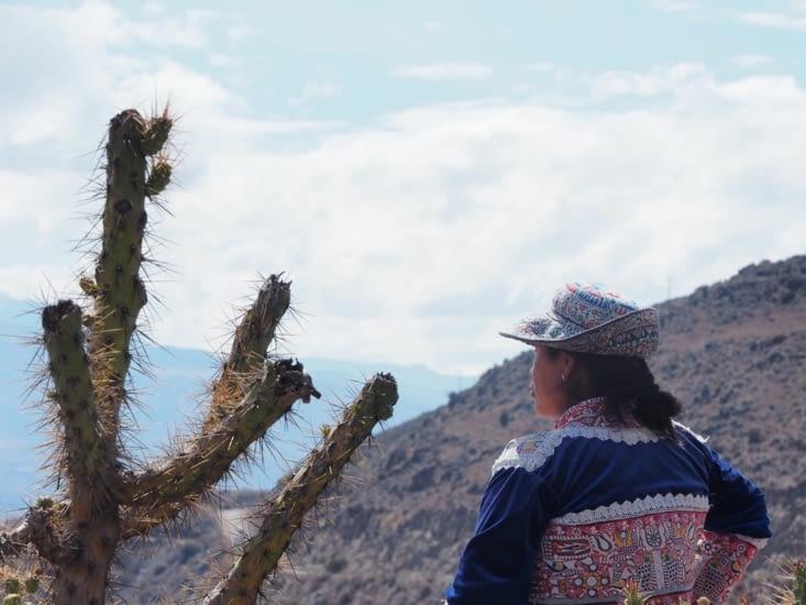 Une femme en habit traditionnel proche du mirador del condor