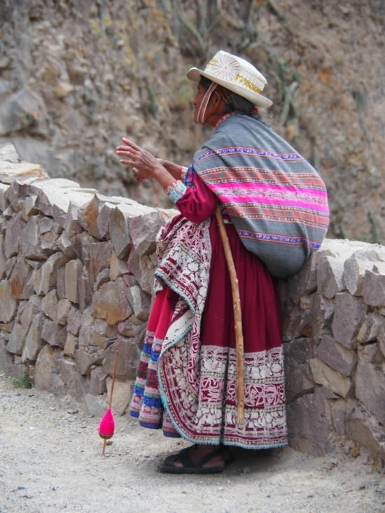 Une mamie de Chivay filant sa laine