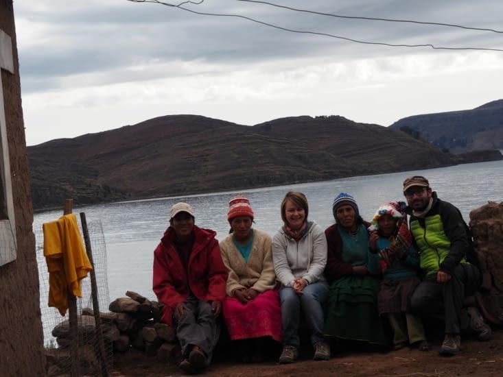 Daniel, sa famille, et nous, devant le lac Titicaca