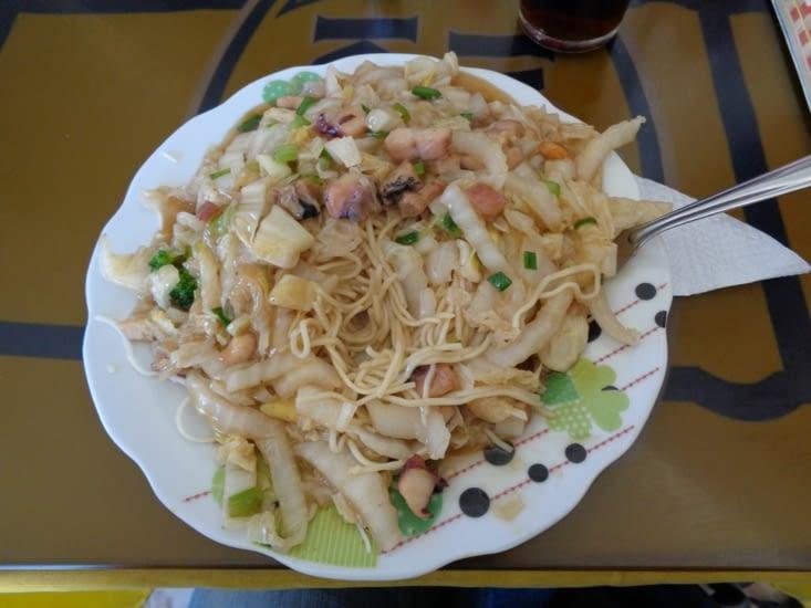 Des nouilles dans un chifa à Puno