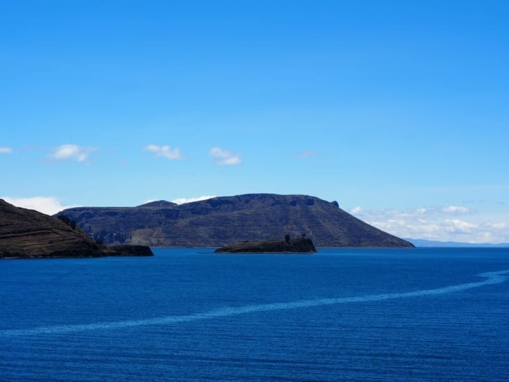 La vue du lac Titicaca, dont l'ile d'Amantani, depuis la péninsule de Paramis