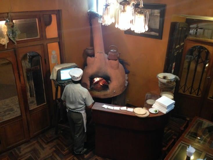 Le cuisinier un peu distrait par la télé