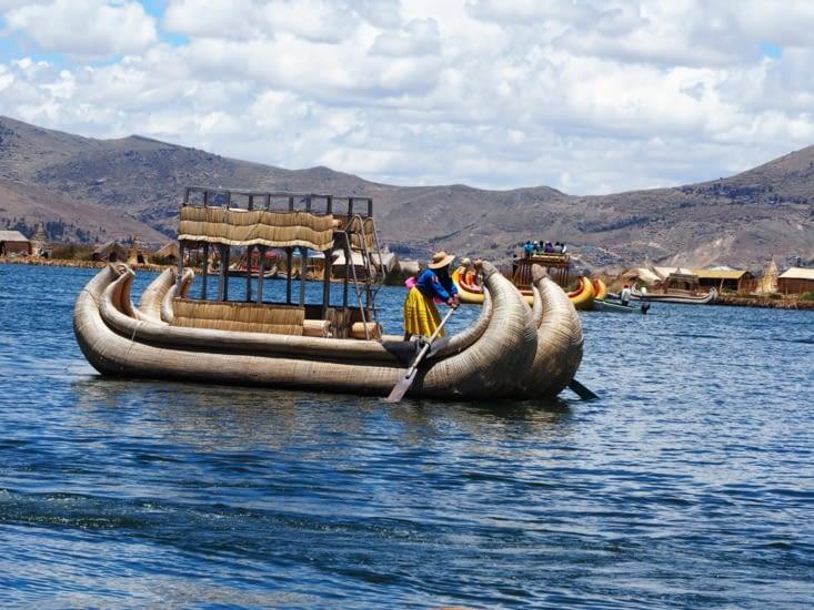 Les embarcations de roseaux autour des iles Uros