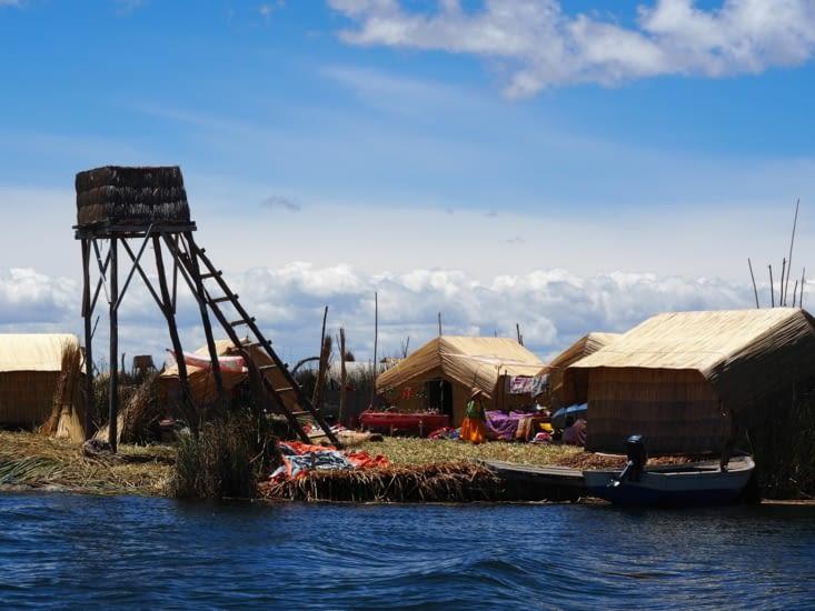 Un mirador placé sur une ile flottante du lac Titicaca