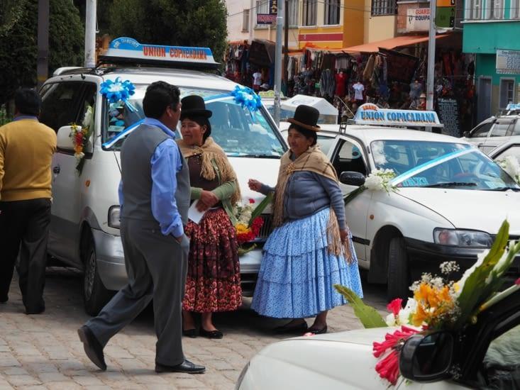 Des cholitas devant leur voiture prête pour la cérémonie