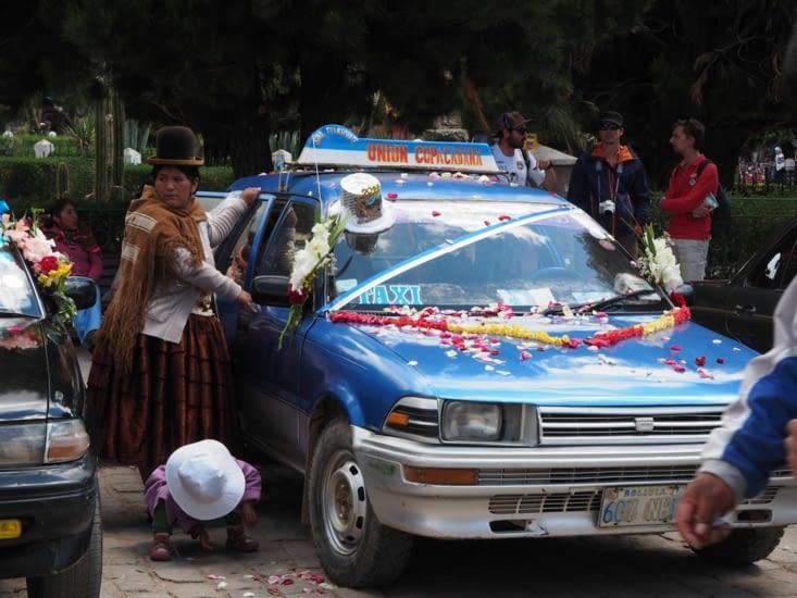 Le baptême des voitures par les prêtres de Copacabana