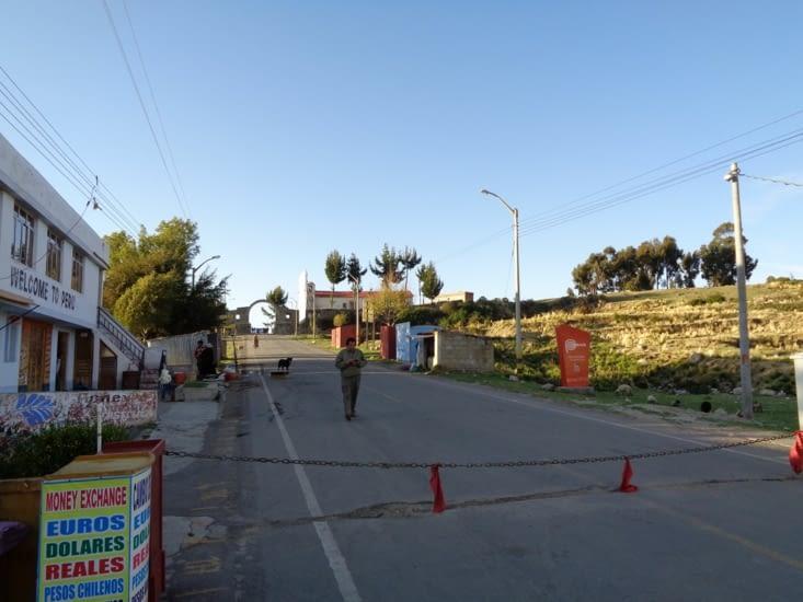 Passage de frontière entre le Pérou et la Bolivie