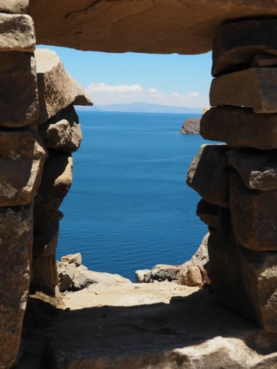 Vue sur le lac depuis une fenêtre du temple